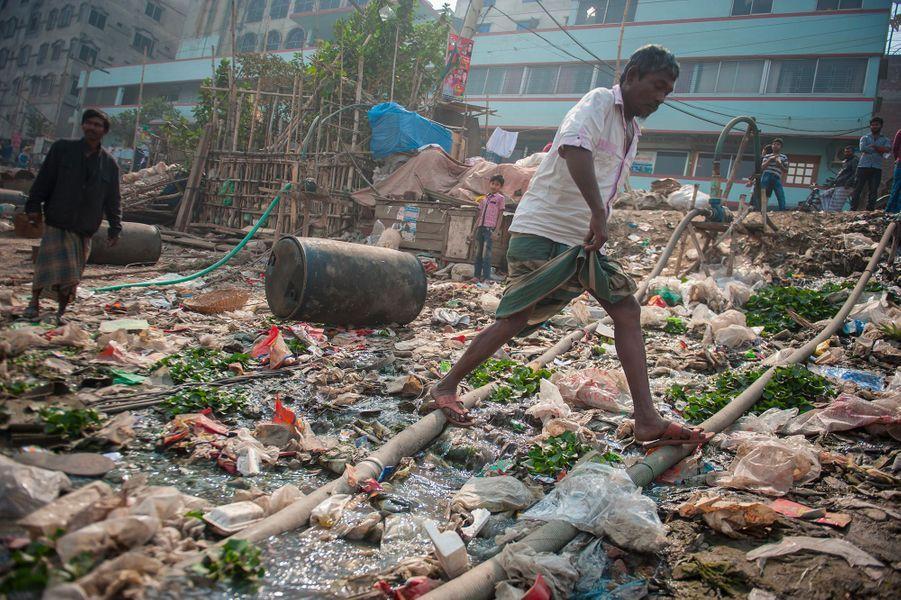 De milliers de déchets jonchent le sol