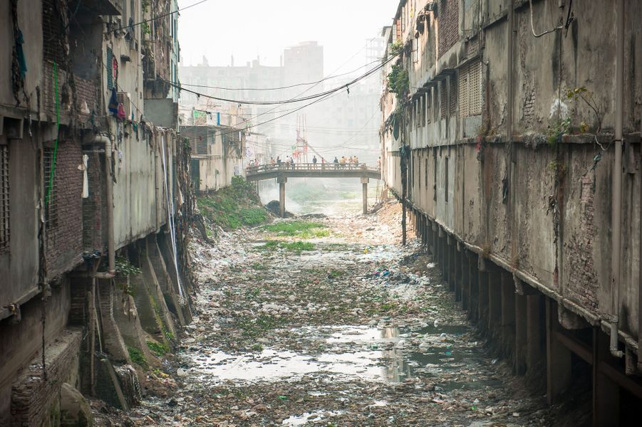 Des milliers de déchets flottent sur le Buriganga