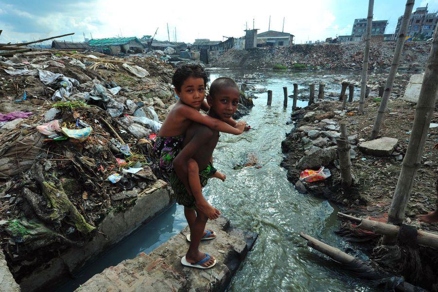 Des enfants devant le Buriganga
