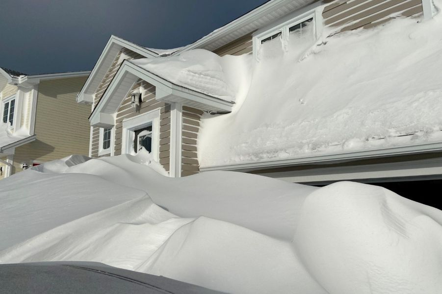 En 24 heures, il est tombé plus de 70 centimètres deneige à Saint-Jean de Terre Neuve, à l'extrême est du Canada.