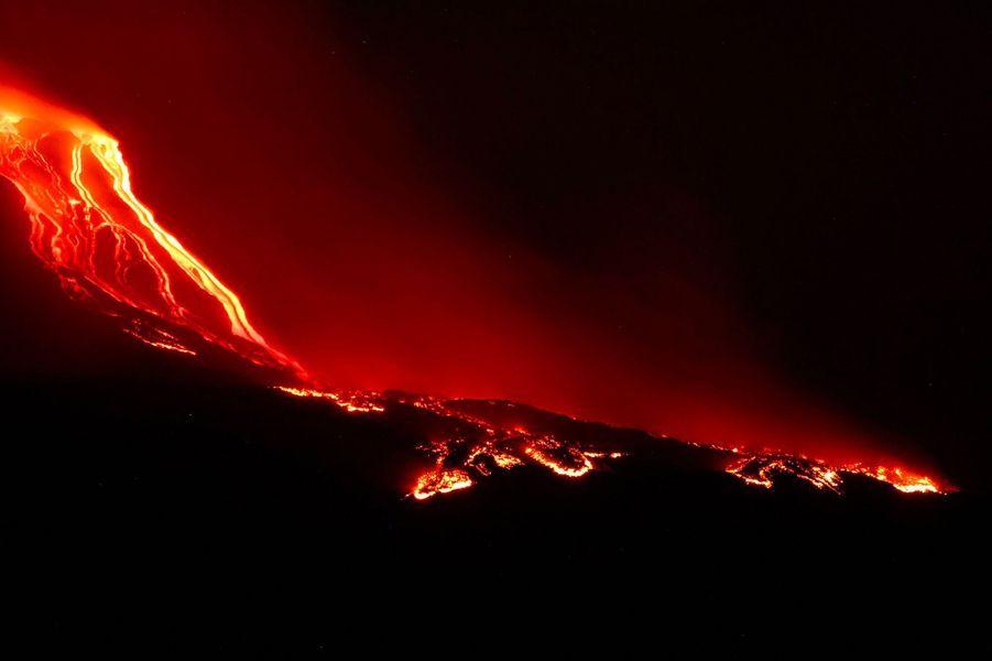 Le volcan Etna est entré en éruptiondans la nuit de vendredi à samedi. Les explosions et des coulées de lave proviennent d'un des cratères situés sur la zone désertique du sommet du volcan sicilien.