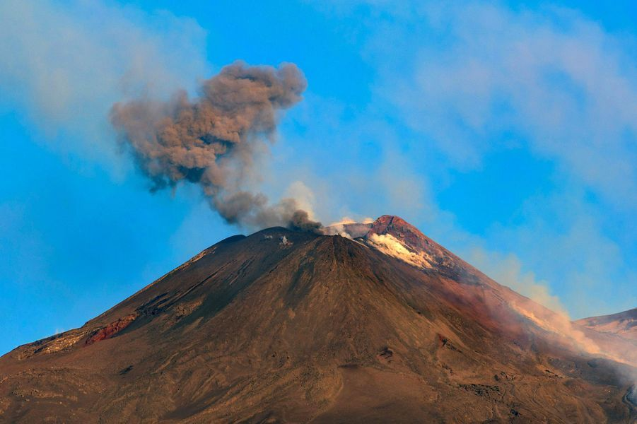 Le volcan Etna est entré en éruption dans la nuit de vendredi à samedi. Les explosions et des coulées de lave proviennent d'un des cratères situés sur la zone désertique du sommet du volcan sicilien.