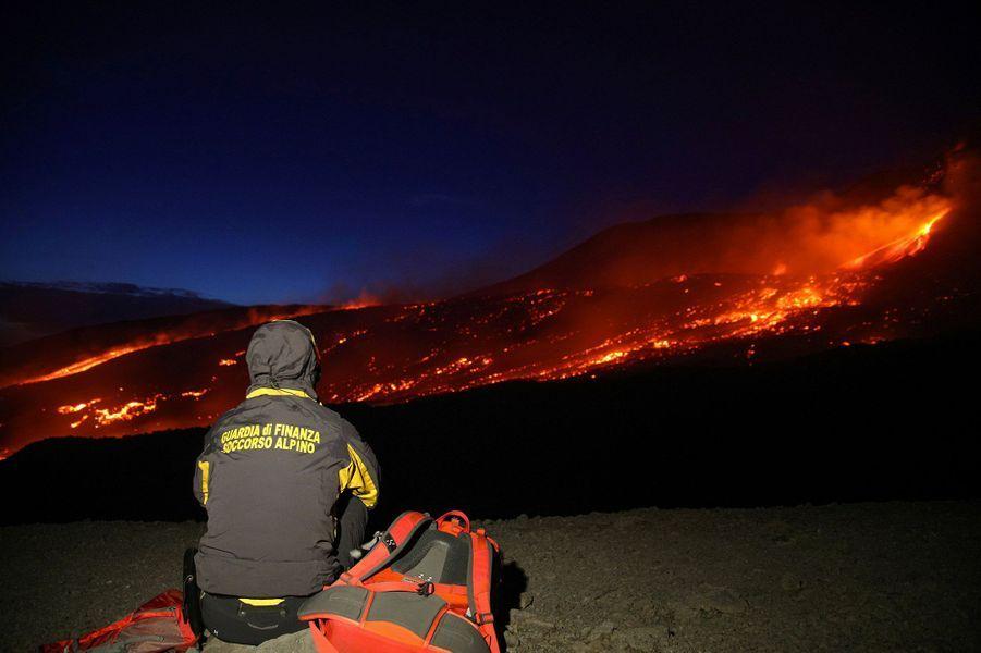 L'Etna a samedi offert un spectacle saisissant, en expulsant des coulées de lave et de larges panaches de fumée.