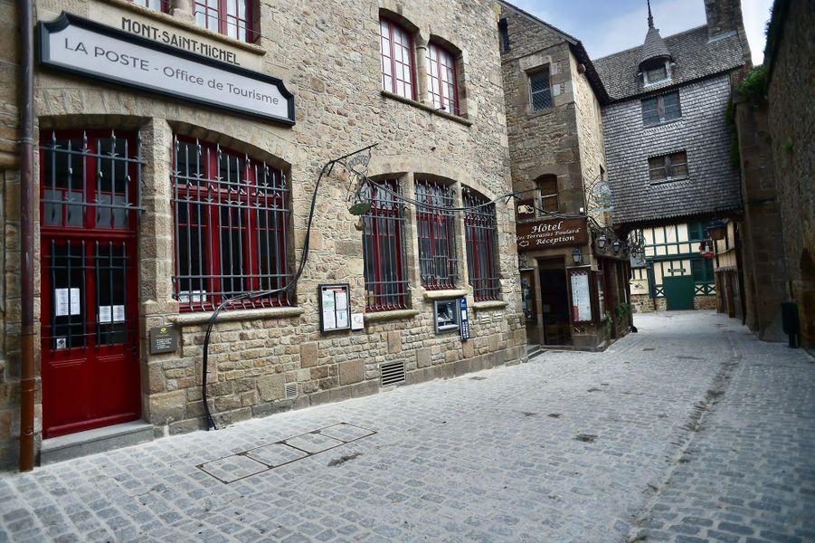 Privé de touristes depuis le 17 mars dernier, confinement oblige, le Mont-Saint-Michel a des allures de cité fantôme.