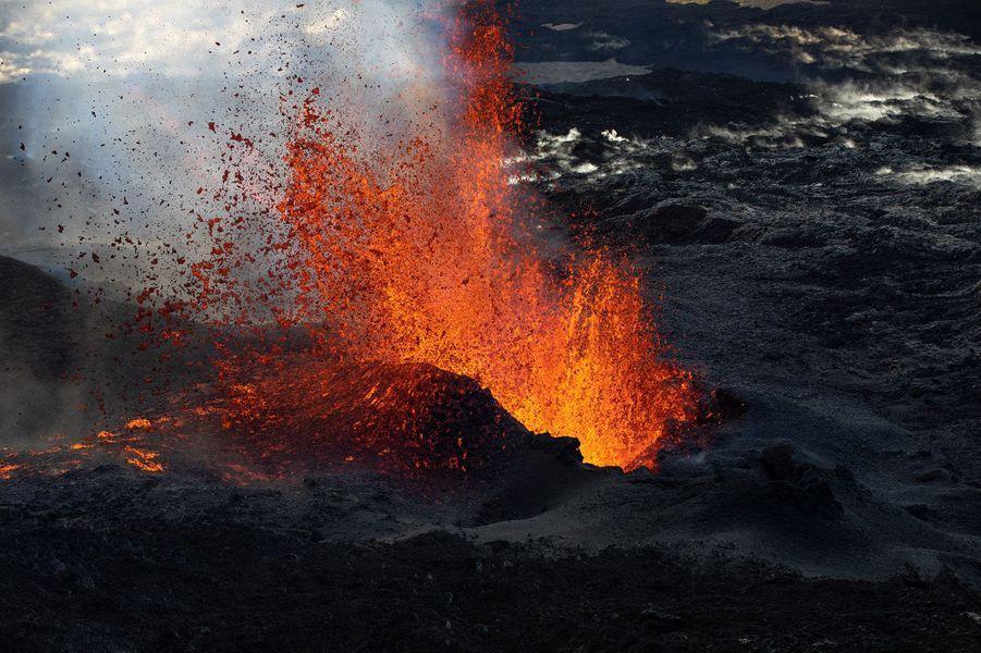 L'éruption du Piton de la Fournaise a débuté jeudi 2 avril 2020. 92 séismesvolcano-tectoniques superficiels détectés. Etuntrémorvolcanique a été observé sur le flan Est du volcan, synonyme d'arrivée du magma à proximité de la surface.