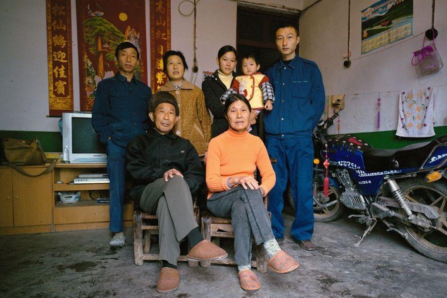 La famille Zhang, dans la province de Hubei. Le Planning familial aurait permis d'éviter 400 millions de naissances. Les avortements concernent majoritairement des filles. Les Chinois de plus de 60 ans devraient représenter 30 % de la population totale en 2050.