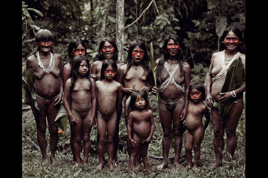 Très vulnérables aux maladies, ils vivent en isolement volontaire au coeur de la forêt amazonienne équatoriale. Mais leur territoire abrite la quasi-totalité des ressources d'hydrocarbures de l'Equateur.