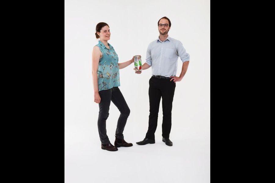 Tiffany et Nicolas, 25 et 27 ans. Lui, ingénieur spécialisé dans les réductions d'énergie ; elle, chargée de communication. Vivent dans le XVe, dans 42 mètres carrés. Adeptes du compostage. Font eux-mêmes le pain, les yaourts, le gel douche, le shampooing. Privilégient les bocaux en verre, qu'ils réutilisent pour congeler et mettre en conserve. Descendent une toute petite poubelle toutes les deux ou trois semaines. Déchets : 1 bouteille de lait, 2 emballages en plastique (ils ont dû aller au supermarché car ils étaient en déplacement), 1 capsule de bouteille de bière, 1 étiquette en métal, 1 sachet d'amandes effilées. Charlotte Anfray