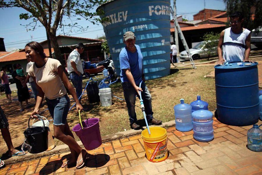 Le sud-est du Brésil est à sec depuis un an. En cause : le défrichement de l'Amazonie dans le nord du pays. Une telle destruction d'arbres réduit l'humidité de l'air à des milliers de kilomètres à la ronde. Les forêts sont bien plus que les poumons de la Terre. Si elles piègent le carbone et créent de l'oxygène, elles abreuvent aussi l'humanité en retenant l'eau de pluie dans les sols. Une arme majeure contre la désertification. Or, chaque année, les hommes rasent l'équivalent d'un pays comme la Belgique. Le tout pour produire de l'huile de palme, des agrocarburants, du maïs pour le bétail… Aujourd'hui, 70 % de l'eau utilisée sert à l'agriculture intensive. Notamment du coton. Un pillage majeur au détriment des populations locales.