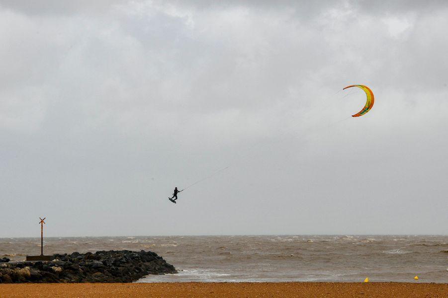 Dix départements du Centre-Ouest de la France, allant des côtes atlantiques à la région Centre, ont été placés vendredi en vigilance orange par Météo-France en raison de rafales de vent de 110 à 120 km/h accompagnées de pluies attendues avec l'arrivée de la tempêteMiguel.