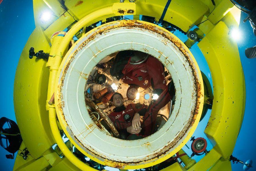 Dans la bulle d'air de l'ascenseur, Yanick Gentil et Antonin Guilbert attendent le second duo pour remonter.
