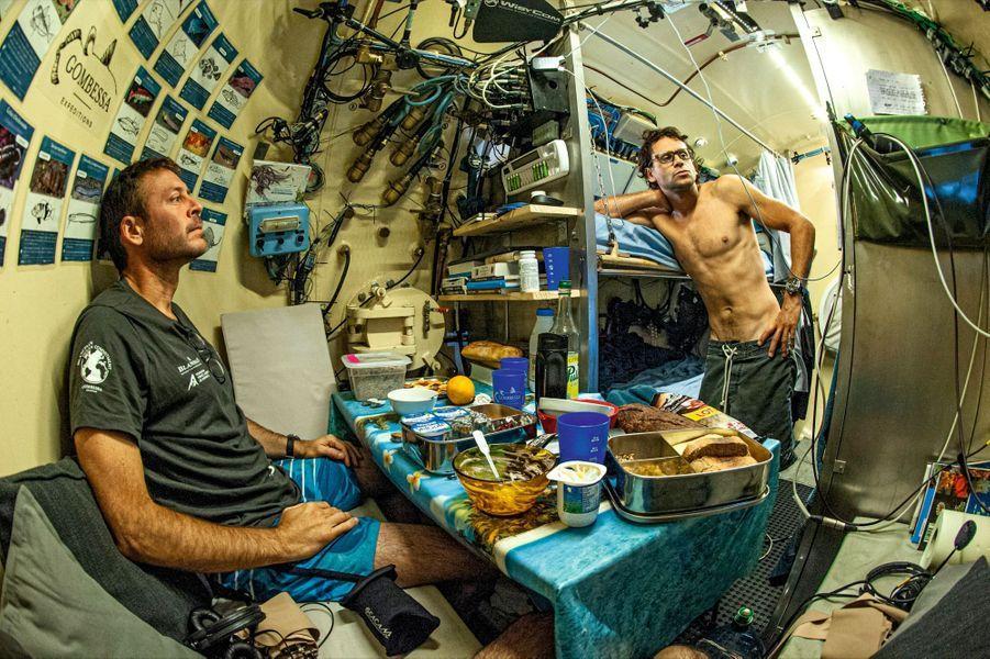 Retour de plongée pour Laurent (à g.) et Yanick. Après leur repas, ils s'offriront une courte sieste avant d'effectuer une nouvelle sortie