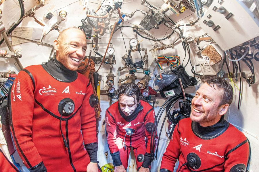 Remontée dans la tourelle ascenseur au retour de l'ultime plongée, deux jours avant la sortie. De g. à dr. : Thibault Rauby, Antonin Guilbert, Yanick Gentil et Laurent Ballesta. P