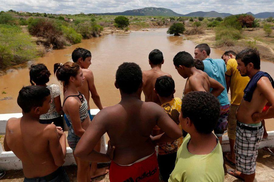 Les enfants s'amusent à sauter dans l'eau
