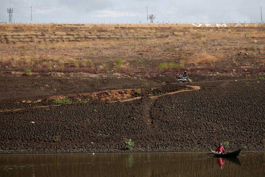 La sécheresse a noirci les terres