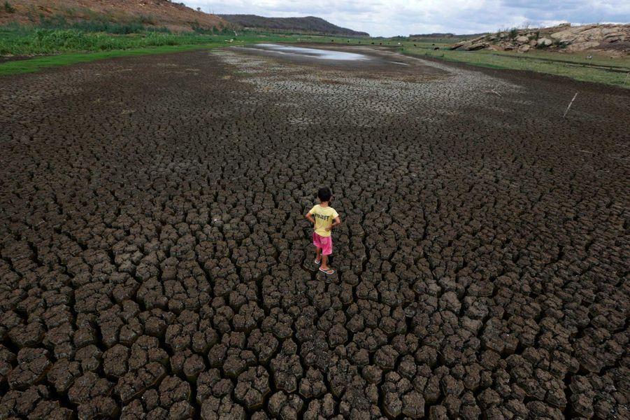 Un enfant sur le sol craquelé du Boqueirao