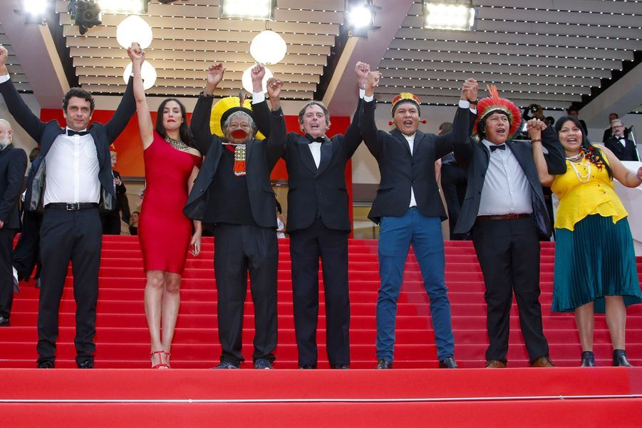 Le cacique Raoni et ses proches à Cannes, le 24 mai 2019.