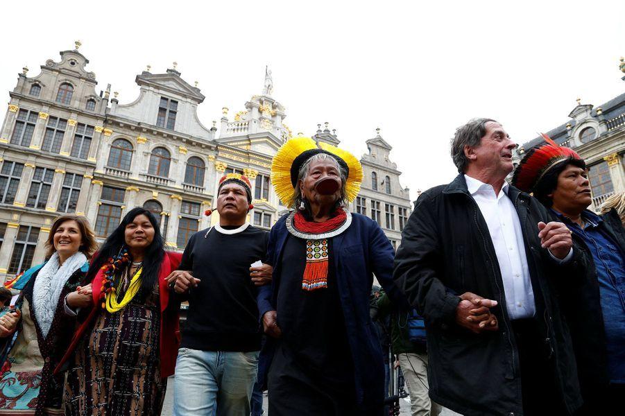Arrivé lundi du Brésil pour une tournée de trois semaines en Europe,Raoni Metuktirea défilé avec les jeunes belges qui manifestent chaque semaine depuis cinq mois pour sommer les politiques d'agir contre le réchauffement climatique.