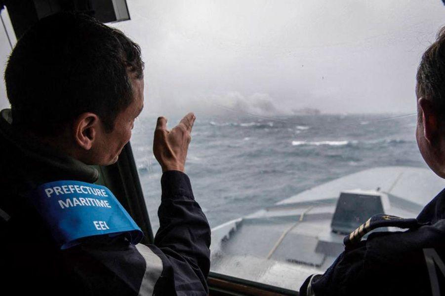 A l'horizon, le «Grande America», en flammes, sur un cliché de la Marine nationale, daté du lundi 11 mars.