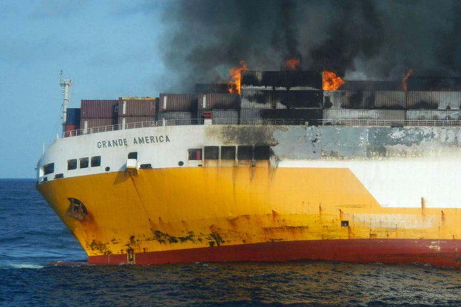 Des conteneurs brûlent sur le pont du «Grande America», lundi 11 mars, sur ce cliché fourni par la Marine nationale.