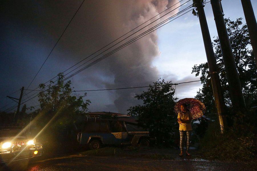 Un énorme nuage de fumée se dégage du volcan Taal, situé à65 km au sud de Manille aux Philippines.