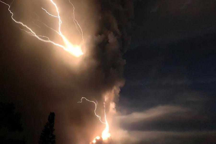 Des orages dans le nuage de fumée du volcan Taal.