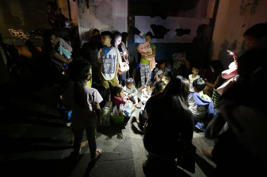 Plus de 2.000 habitants vivant sur l'île où se trouve le Taal, située au milieu d'un lac, une zone très appréciée des touristes, ont été évacués par mesure de sécurité, ont indiqué les autorités locales.