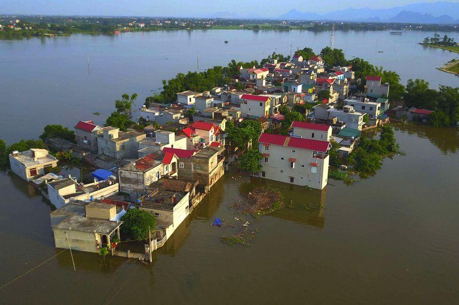 En juillet, plusieurs villages vietnamien se transforment en îles lors du passage du typhon Son-Tinh au-dessus d'Hanoï et sa banlieue. 32 personnes décèdent dans les inondations et plus de 82 000 hectares de cultures sont submergés par les eaux.