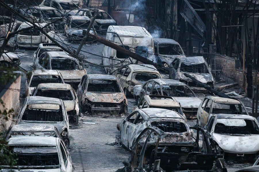 Fin juillet, la Grèce connaît les incendies les plus meurtriers de son histoire depuis 1949. 97 personnes se retrouvent piégées dans les flammes près de la côte orientale de l'Attique. 700 résidents sont évacués d'urgence, principalement dans le village de Máti. Les secours y découvrent plusieurs morts, dont les corps de 26 individus rassemblés dans un terrain, blottis ensemble, se serrant dans leurs bras en groupe de 4 ou 5.