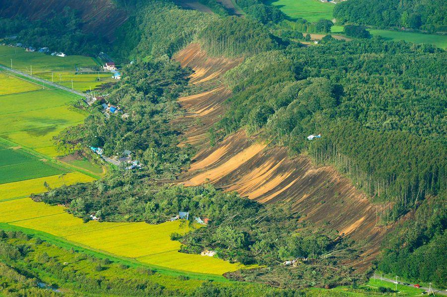 Le 6 septembre, l'île d'Hokkaidō (Japon) tremble. Un séisme de magnitude 7 provoque d'innombrables glissements de terrain. Des dizaines de maisons sont ensevelies...avec leurs habitants. 41 personnes succombent.