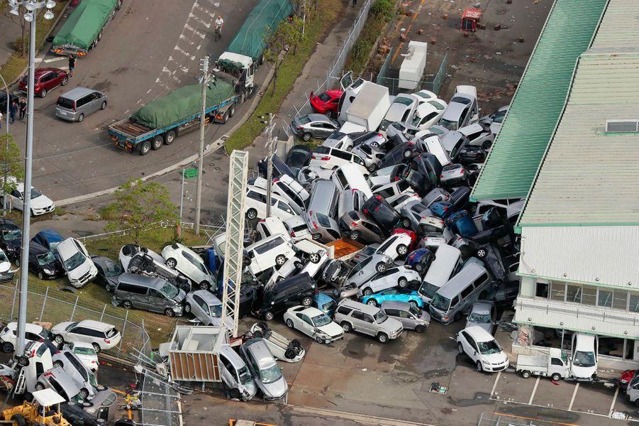 Pendant ce temps au sud, Jebi se déchaîne dans la région du Kansai (Japon). Outre de nombreux dégâts matériels, le typhon -le plus puissant à avoir touché terre au Japon depuis Yancy en 1993-, fait 14 morts et plus de 600 blessés.