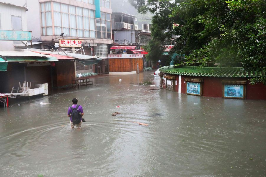 Deux semaines plus tard, c'est au tour du typhon Mangkhut de semer le chaos. A Hong Kong (Chine), les gratte-ciel tremblent, les rues disparaissent sous les eaux, les arbres tombent et ses habitants subissent des bourrasques de plus de 180 km/h. La mégalopole se transforme en un champ de bataille.