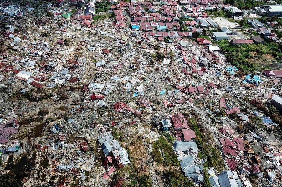 En octobre, la terre tremble sur l'île de Célèbes (Indonésie). Un tremblement de terre d'une magnitude de 7,5 suivi d'un tsunami déciment des centaines de villages. C'est l'évènement climatique le plus meurtrier de l'année. D'après les chiffres officiels, 2073 personnes sont mortes et plus de 5000 sont portées disparues.