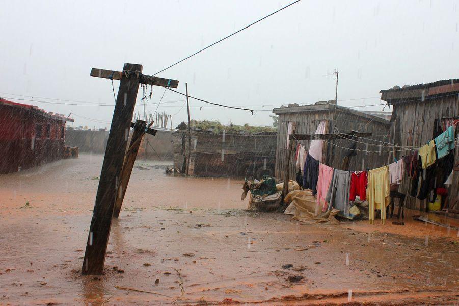 Les 5 et 6 janvier, le cyclone Ava balaye Madagascar. 54 000 personnes sont évacuées de leur habitation et 73 perdent la vie, soit dans des inondations soit dans des accidents provoqués par des rafales soufflant jusque 190 km/h.