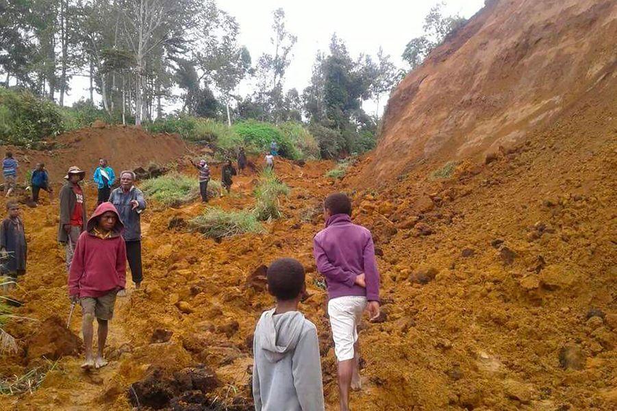 Au milieu de la nuit du 26 février, un séisme de magnitude 7,5 ébranle le centre de la Papouasie-Nouvelle-Guinée. La localisation de l'épicentre, situé à 90 kilomètres au sud de Porgera, dans la province montagneuse d'Enga, complique le travail des secouristes. 160 personnes perdent la vie dans de multiples éboulements.