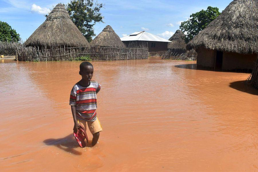 D'avril à mai, l'Afrique de l'Est a les pieds dans l'eau. Après de longs mois de sécheresse, les pluies torrentielles du printemps sont d'abord accueillies comme une bénédiction. Mais ce don du ciel se transforme rapidement en cauchemar: au Kenya, 120 personnes décèdent dans les inondations et 260 200 abandonnent leur logement. Même tragédie au Rwanda, en Somalie, en Ouganda, en Tanzanie: au total, plus de 250 personnes périssent et des centaines de milliers d'habitants sont déplacés.