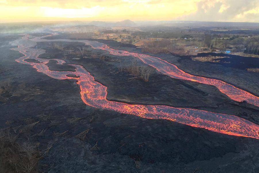 Toujours au mois de mai, Kilauea fait l'actualité internationale. A Hawaï (Etats-Unis), ce volcan que les spécialistes considèrent comme l'un des plus actifs au monde, détruit plus d'une centaine de maisons. Les clichés de rivières de lave et de cratères géants font le tour du monde.