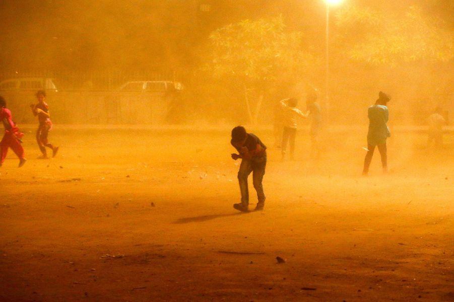 Pendant ce temps là en Inde, une violente tempête de sable frappe de plein fouet les États du Rajasthan et de l'Uttar Pradesh, dans le nord du pays. Dans la nuit du 2 au 3, 125 personnes perdent la vie.