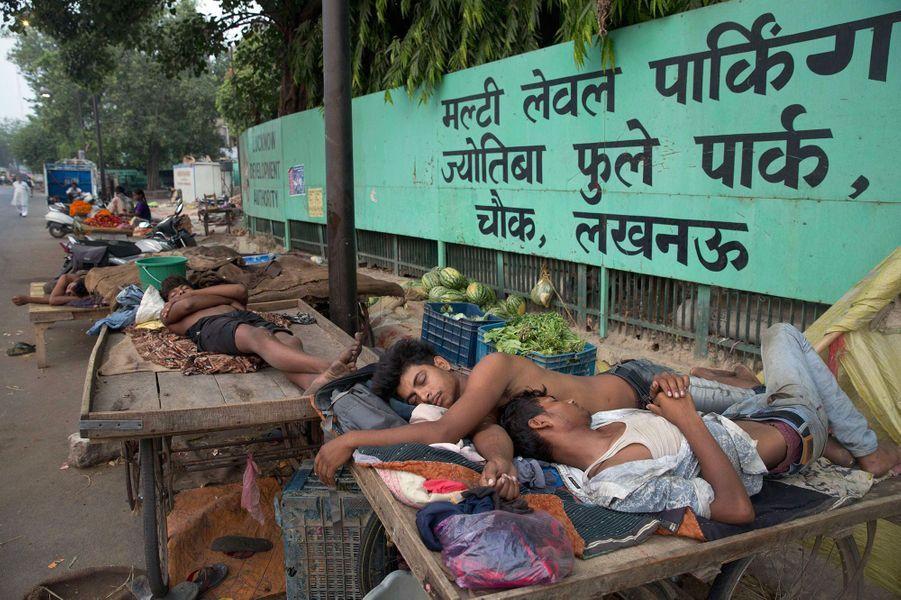 Peu de temps après, l'Inde connaît un nouveau drame. Le thermomètre grimpe à plus de 45°C en plein mois de mai. Impossible de dormir dans son logement. La canicule emporte 180 personnes.