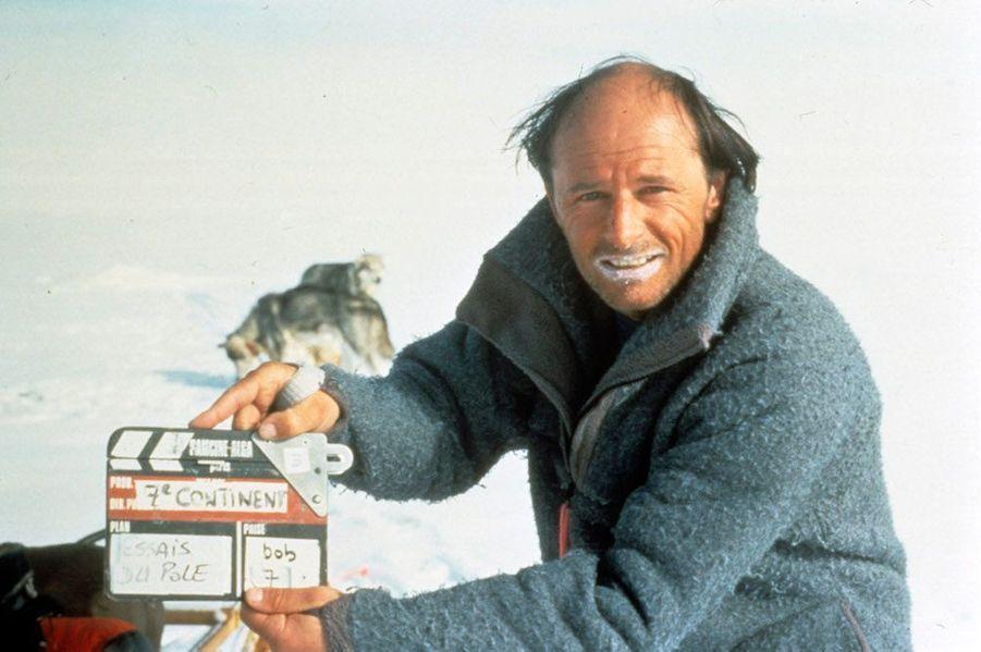 """Jean-Louis Etienne a mené de nombreuses expéditions pour faire connaître les régions polaires. Ici en Antarctique en 1992 pendant le tournage du documentaire """"Au sud du sud"""".DeNicolas HulotàJean-Louis Etienne, la défense de la terre a donné un sens à leur vie. Scientifiques, acteurs, explorateurs, chaque jour des hommes et femmes, inconnus ou célèbres, se dressent contre la destruction de l'environnement et de la faune sauvage. Parfois au péril de leur vie comme Chico Mendes, le protecteur de la forêt amazonienne et des Indiens qui l'habitent, abattu en 1988 sur les ordres d'un riche éleveur. Ou l'éthologue Dian Fossey, assassinée à l'âge de 53 ans au terme d'une vie entière dédiée auxgorillesmenacés d'extinction.L'exemple de ces pionniers est une source d'inspiration pour des milliers de jeunes dans le monde, à l'instar de Boyan Slat, Néerlandais de 21 ans, qui s'est donné pour mission de nettoyer les océans. Ces héros de l'écologie ont aussi un rôle capital auprès des gouvernements et des puissantes multinationales, trop souvent enclins à faire passer leurs intérêts économiques et politiques avant l'urgence environnementale : par leur capacité de mobilisation, ils sont capables de pousser à agir ceux qui sont vraiment en position de faire avancer les choses. Si la conférence sur le changement climatique, COP 21,qui se tiendra du 30 novembre au 11 décembre à Paris, débouche sur un accord important, ils y seront pour beaucoup.A lire aussi:Paul Watson, preux chevalier du grand large"""