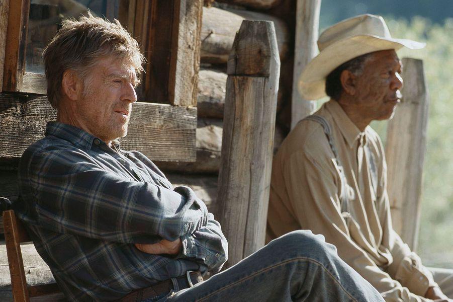 """Robert Redford avec Morgan Freeman en 2005 dans le film """"Une vie inachevée"""". L'acteur réalisateur a créé en 1985 Sundance, un festival de cinéma qui a primé plusieurs flms sur l'écologie.DeNicolas HulotàJean-Louis Etienne, la défense de la terre a donné un sens à leur vie. Scientifiques, acteurs, explorateurs, chaque jour des hommes et femmes, inconnus ou célèbres, se dressent contre la destruction de l'environnement et de la faune sauvage. Parfois au péril de leur vie comme Chico Mendes, le protecteur de la forêt amazonienne et des Indiens qui l'habitent, abattu en 1988 sur les ordres d'un riche éleveur. Ou l'éthologue Dian Fossey, assassinée à l'âge de 53 ans au terme d'une vie entière dédiée auxgorillesmenacés d'extinction.L'exemple de ces pionniers est une source d'inspiration pour des milliers de jeunes dans le monde, à l'instar de Boyan Slat, Néerlandais de 21 ans, qui s'est donné pour mission de nettoyer les océans. Ces héros de l'écologie ont aussi un rôle capital auprès des gouvernements et des puissantes multinationales, trop souvent enclins à faire passer leurs intérêts économiques et politiques avant l'urgence environnementale : par leur capacité de mobilisation, ils sont capables de pousser à agir ceux qui sont vraiment en position de faire avancer les choses. Si la conférence sur le changement climatique, COP 21,qui se tiendra du 30 novembre au 11 décembre à Paris, débouche sur un accord important, ils y seront pour beaucoup.A lire aussi:Paul Watson, preux chevalier du grand large"""