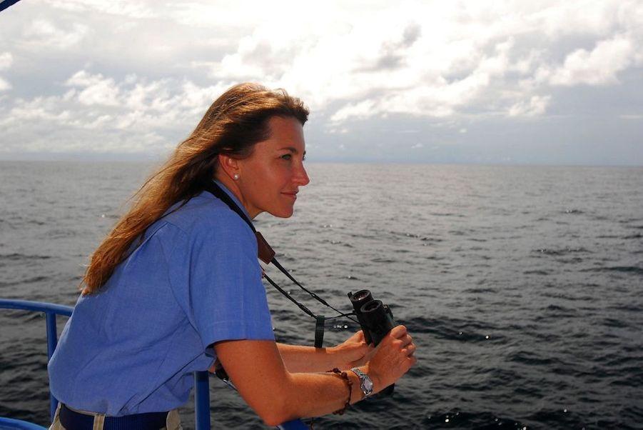 Sandra Bessudo, au large de l'île colombienne de Malpelo, en 2008. La biologiste a oeuvré pour son entrée au patrimoine de l'humanité.DeNicolas HulotàJean-Louis Etienne, la défense de la terre a donné un sens à leur vie. Scientifiques, acteurs, explorateurs, chaque jour des hommes et femmes, inconnus ou célèbres, se dressent contre la destruction de l'environnement et de la faune sauvage. Parfois au péril de leur vie comme Chico Mendes, le protecteur de la forêt amazonienne et des Indiens qui l'habitent, abattu en 1988 sur les ordres d'un riche éleveur. Ou l'éthologue Dian Fossey, assassinée à l'âge de 53 ans au terme d'une vie entière dédiée auxgorillesmenacés d'extinction.L'exemple de ces pionniers est une source d'inspiration pour des milliers de jeunes dans le monde, à l'instar de Boyan Slat, Néerlandais de 21 ans, qui s'est donné pour mission de nettoyer les océans. Ces héros de l'écologie ont aussi un rôle capital auprès des gouvernements et des puissantes multinationales, trop souvent enclins à faire passer leurs intérêts économiques et politiques avant l'urgence environnementale : par leur capacité de mobilisation, ils sont capables de pousser à agir ceux qui sont vraiment en position de faire avancer les choses. Si la conférence sur le changement climatique, COP 21,qui se tiendra du 30 novembre au 11 décembre à Paris, débouche sur un accord important, ils y seront pour beaucoup.A lire aussi:Paul Watson, preux chevalier du grand large