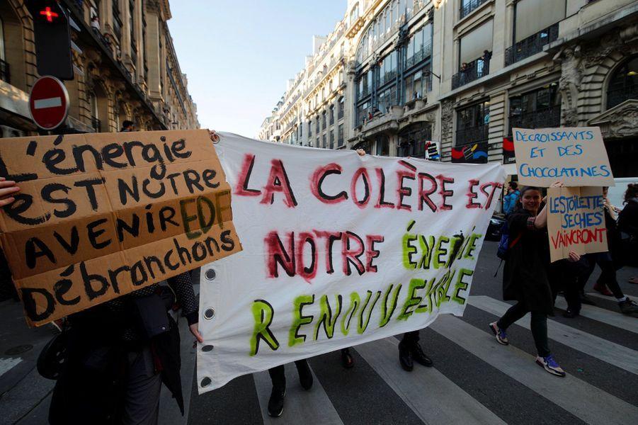 """Juste avant le départ de la marche, ils étaient environ 200 devant l'Opéra, tenant des pancartes """"Sauve la Terre, mange un lobbyiste"""", """"Water is coming"""" ou scandant le slogan """"on est plus chaud que le climat""""."""