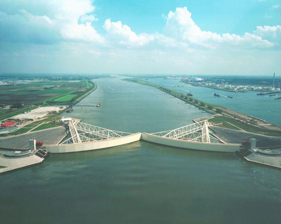 Le pont Maaslaentkering, permet de relier les deux parties des Pays-Bas