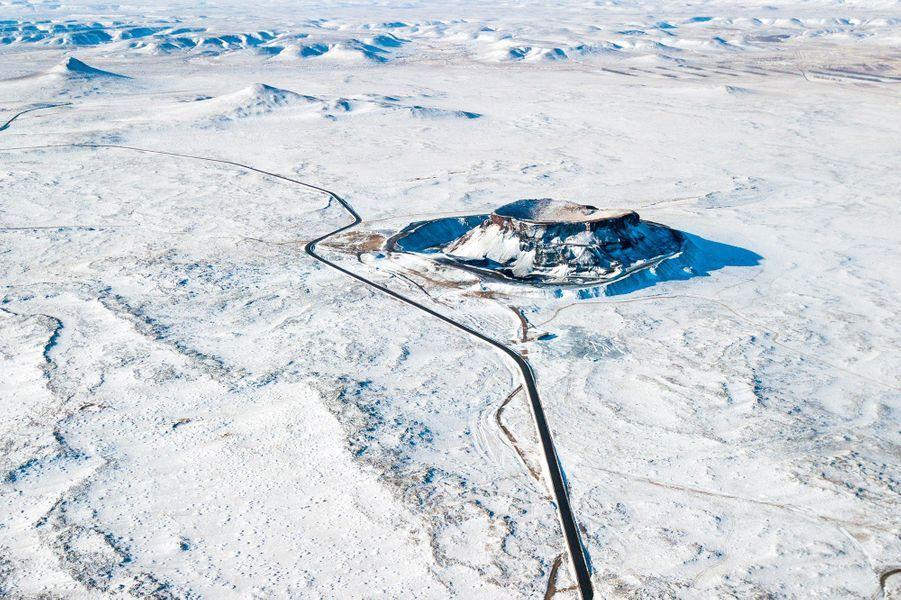 La chaîne de montagnes Ulan Hada sous la neige.