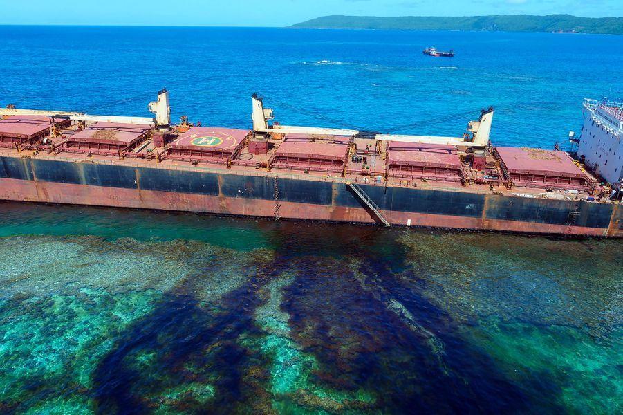 Après que le MV Solomon Trader a heurté le fond dans les îles Solomons, environ 75 tonnes de fuel lourd ont été déversées dans l'océan.