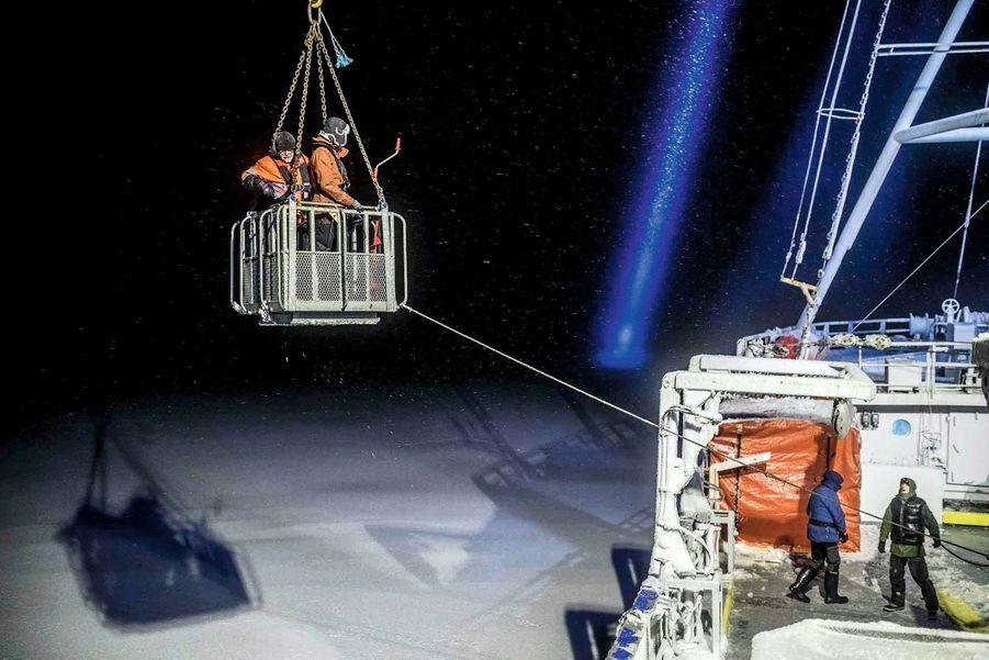 Les sauveteurs Aleksander Gamme et Bengt Rotmo sont déposés sur la banquise.