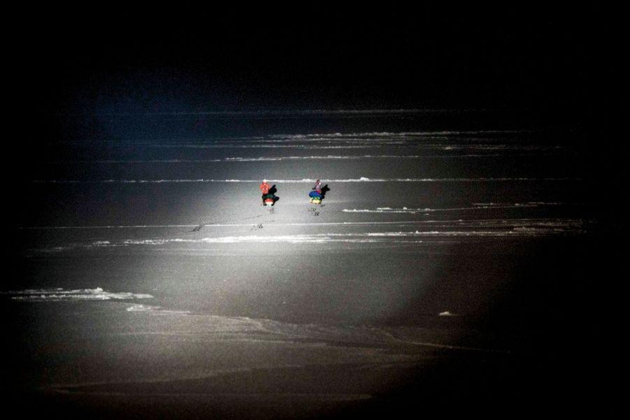Aleksander et Bengt s'enfoncent dans la nuit polaire.