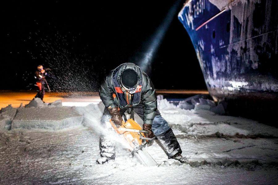 Il faut régulièrement découper la banquise car les navires sont sans cesse bloqués par les glaces.