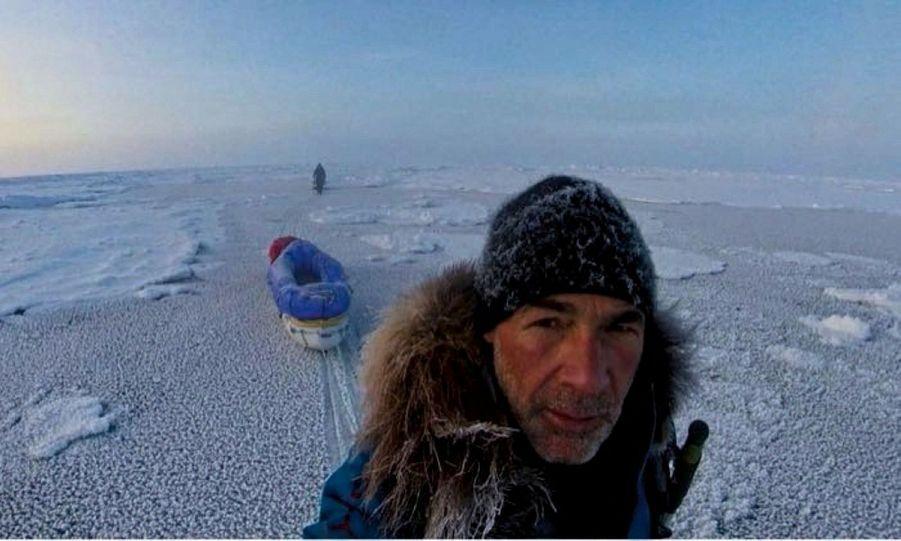 La glace est si fragile qu'elle menace de se briser sous leurs pas à tout moment